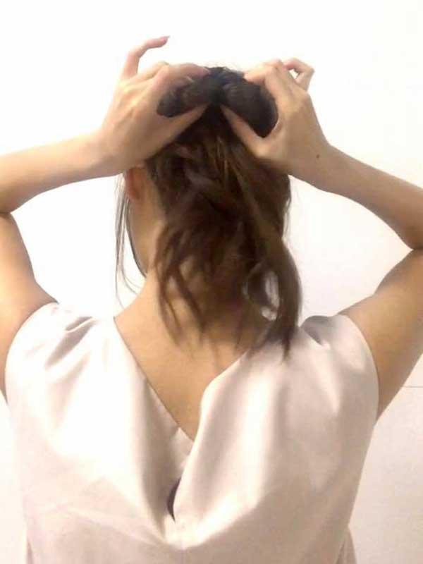 髪を逆くるりんぱをする女性