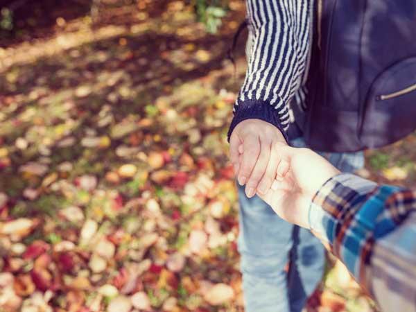 手を繋ぐカップルの手