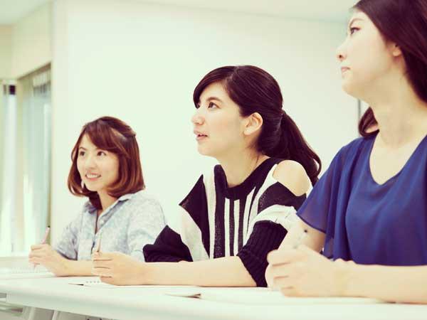 資格の勉強をしている女性達