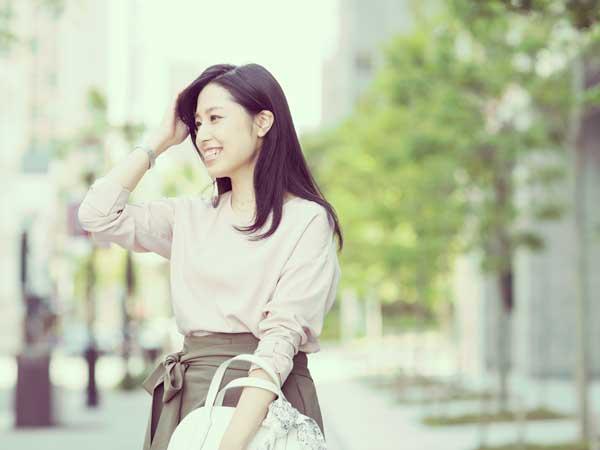 外出する笑顔の女性