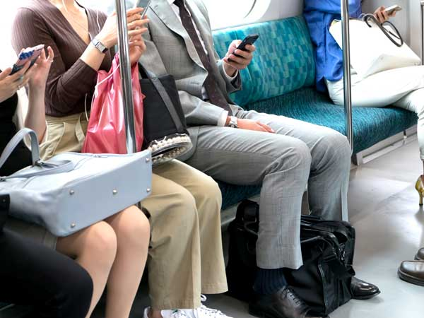 電車で通勤する人達