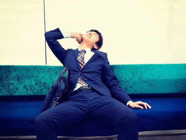 電車で泥酔するビジネスマン