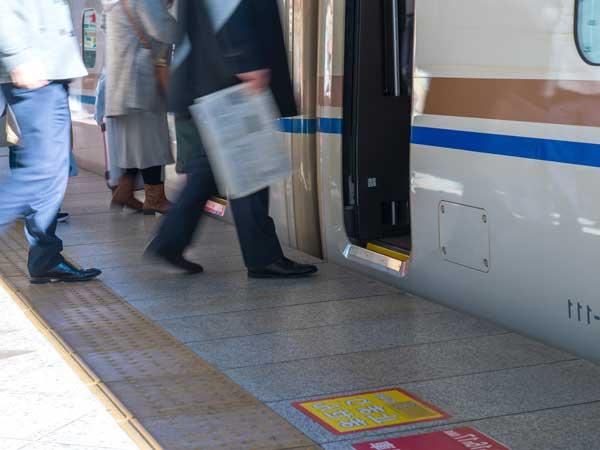 電車に乗り込む人々