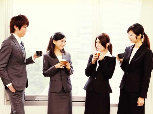 雑談する会社員