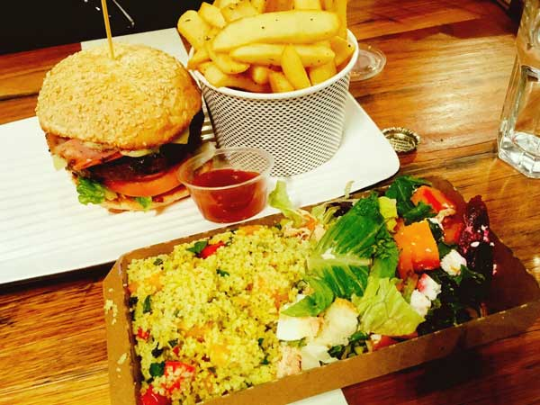 ハンバーガーショップ「Grill'd」のヘルシーバーガーとポテトと人気メニュー