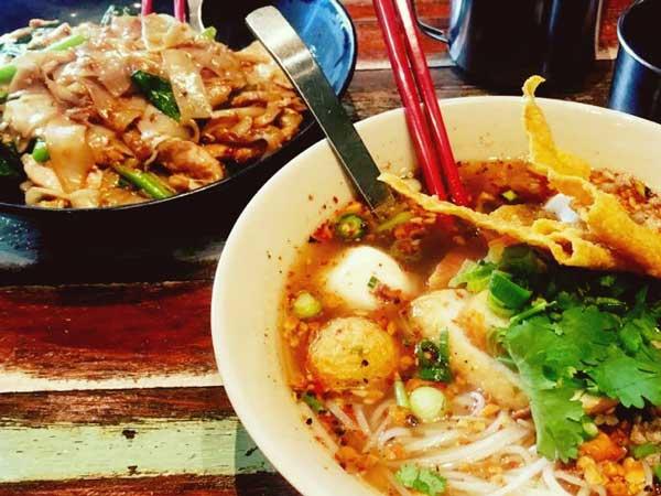 タイ料理レストランの「Abb Air - Thai Cuisine 1982」の店の人気メニュートムヤムクンと醤油焼きそば