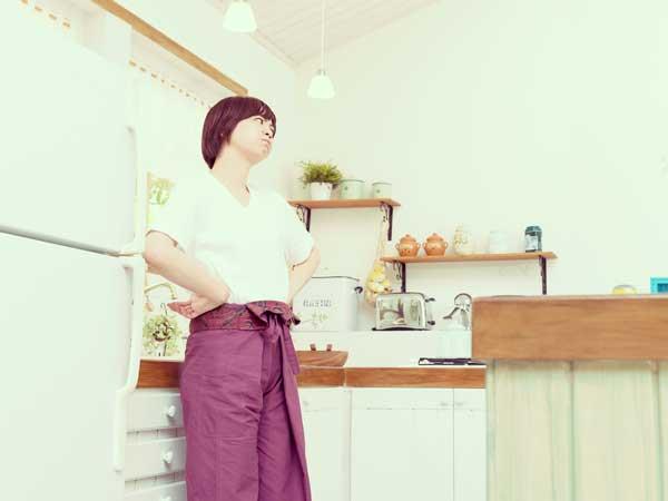 キッチンでイライラする女性