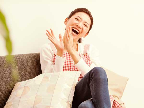 テレビを見ながら爆笑する主婦