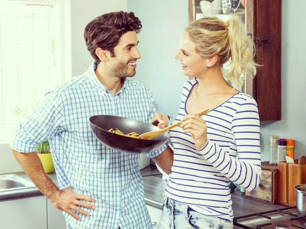 料理をしているカップル