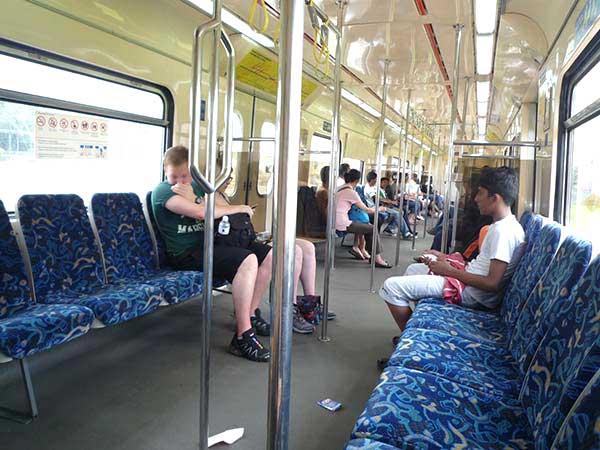 バトゥ洞窟行きの電車を待つ人達