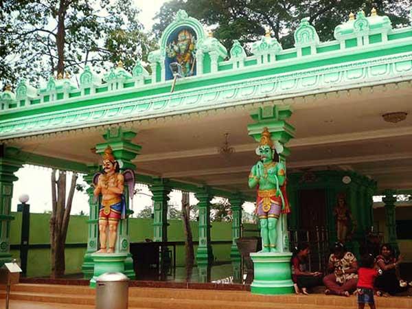 バトゥ洞窟前の広場