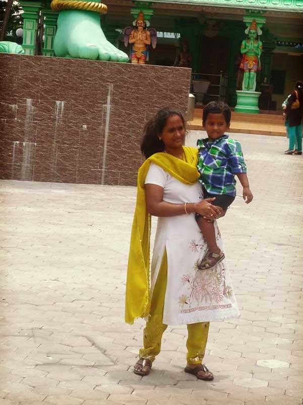 ヒンドゥ寺院を訪れていた信者