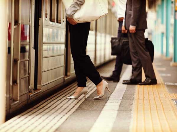 通勤電車に乗る女性
