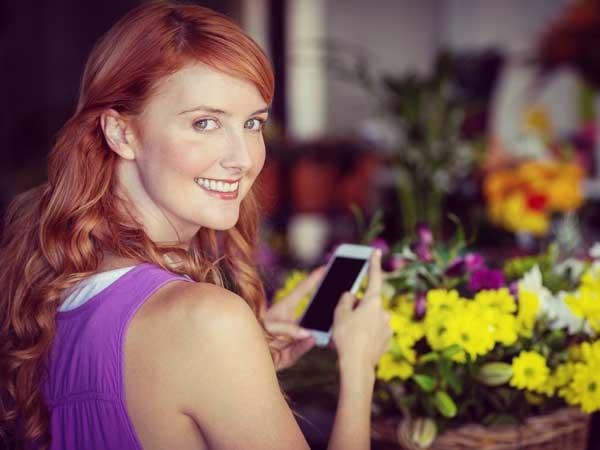 携帯を持つ笑顔の女性