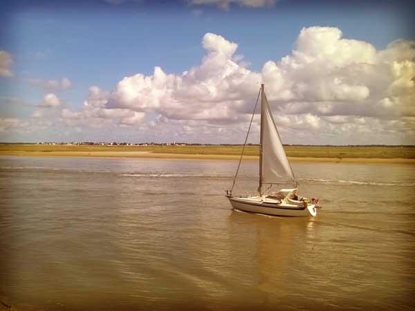 フランス北部ソンム湾に浮かぶヨット