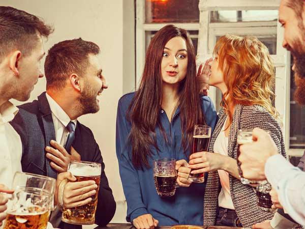 婚活パーティーに参加する男女達