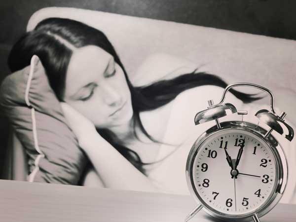 翌日はお昼まで眠る女性