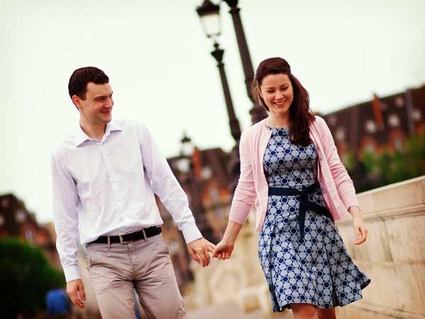 手を繋いで散歩するカップル