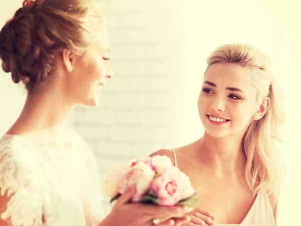 友達の結婚式を参加する女性