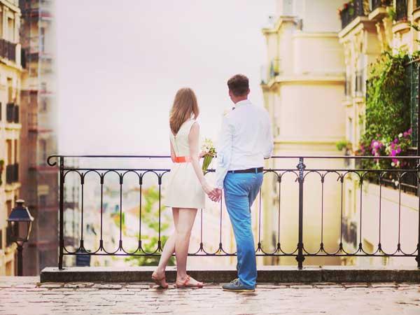 手を繋いでいるフランス人のカップル
