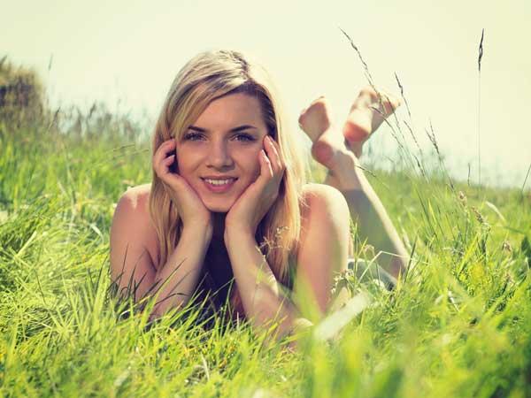 芝の上にいる穏やかな女性
