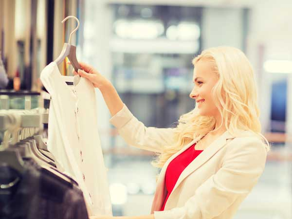 服を選んでいる可愛い女性