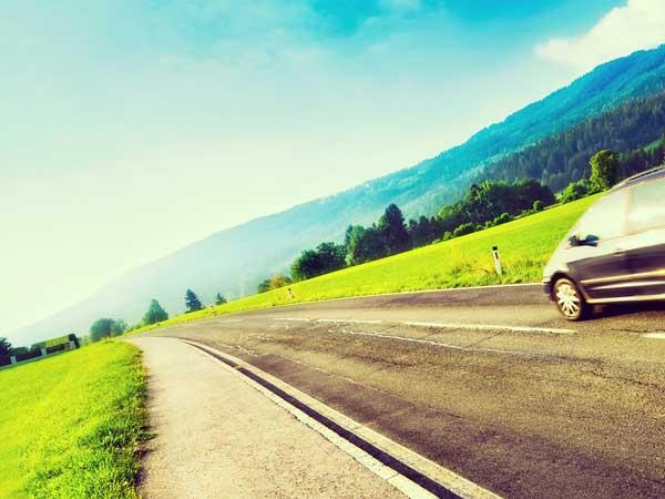 自然の中の道と車