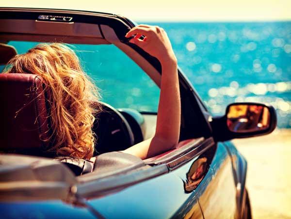 海沿いをドライブする女性