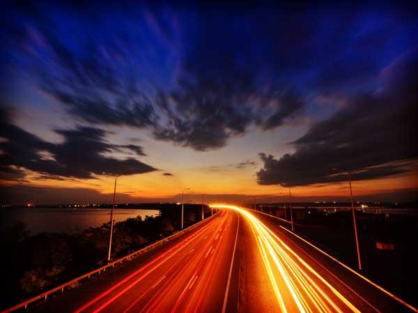 夜の高速道路と空