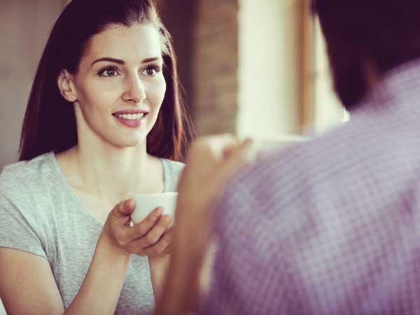 デート中に笑顔の女性