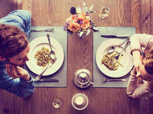 食事をしているカップル