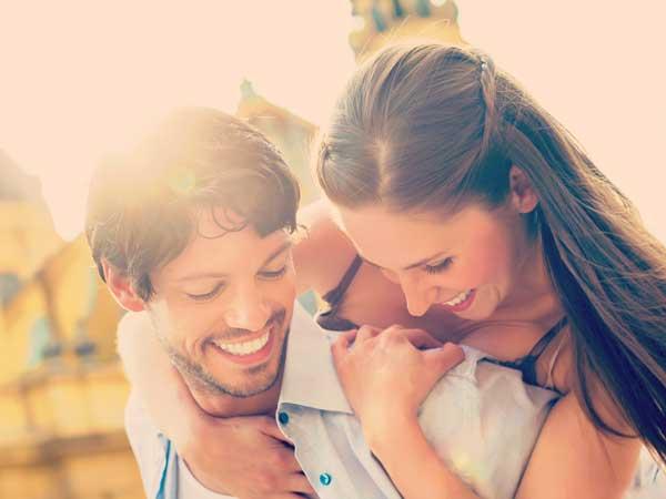 笑顔でデートをしているカップル