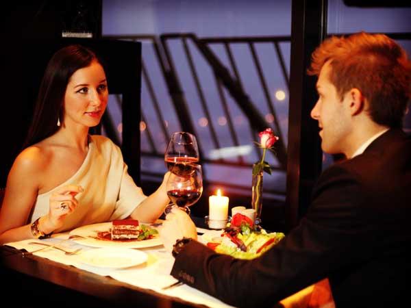 ディナーをしているカップル