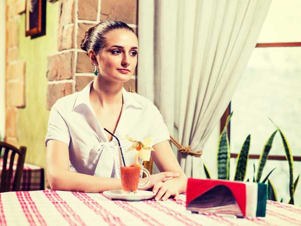 レストランにいる女性