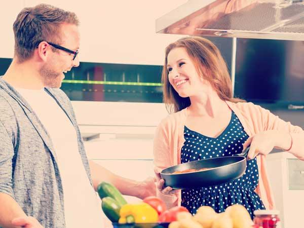 楽しく料理をしているカップル