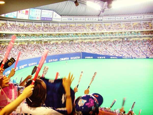 スポーツ観戦する人々