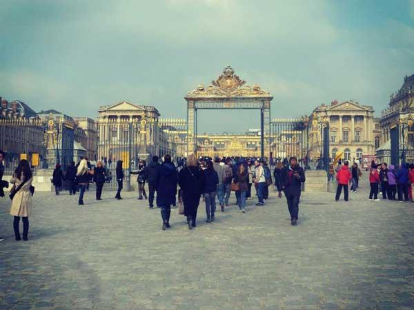 厚着した人が集う冬のパリ