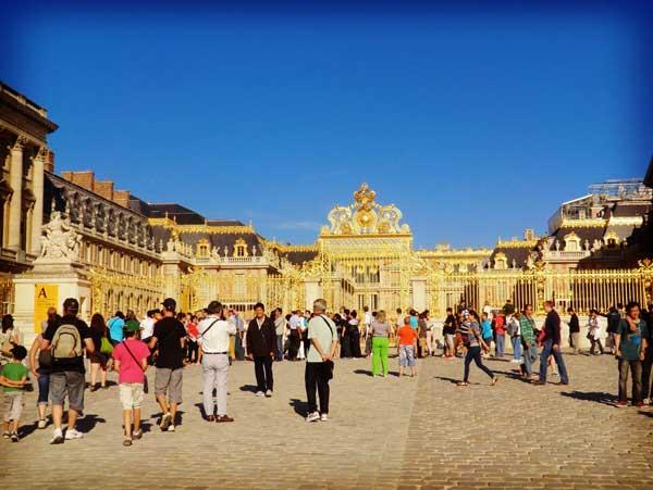 ヴェルサイユ宮殿前に集う観光客