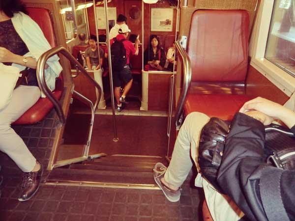 パリとレンヌを結ぶ電車内