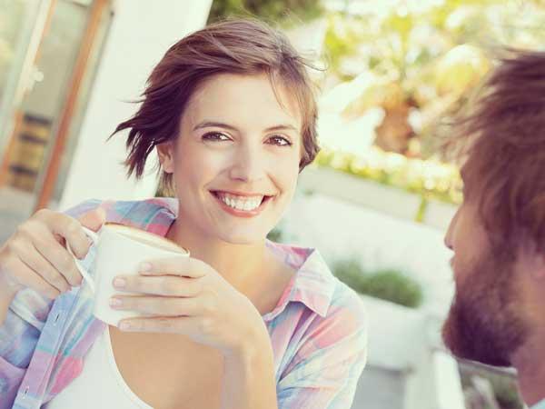 笑顔でデートをしている女性