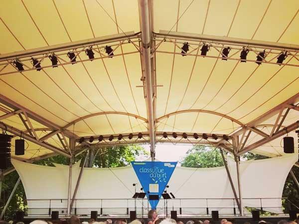 野外コンサートのステージ