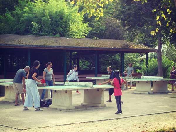 パリ花公園内で卓球を楽しむ人々