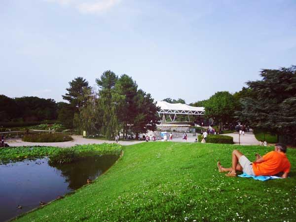 パリ花公園でのんびり休日を過ごす人
