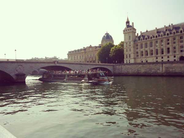 セーヌ川に架かるシャンジュ橋