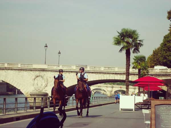 街を巡回中のパリの騎馬警官