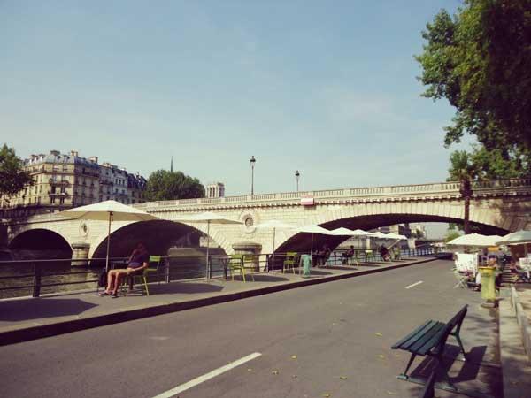 リュイ・フィリップ橋沿いのカフェ