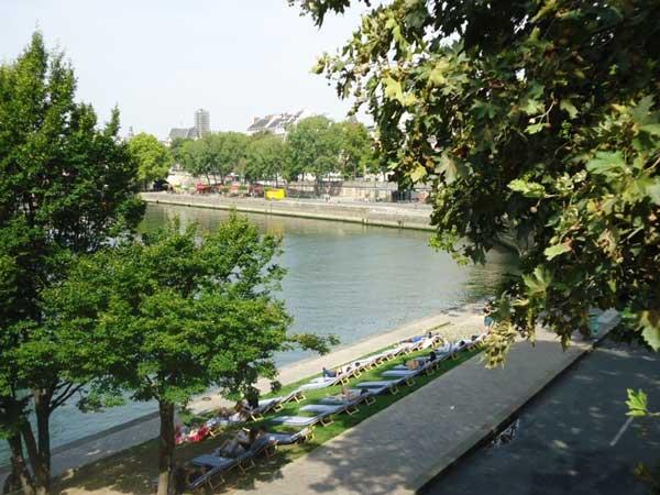セーヌ河沿いに並ぶデッキチェア