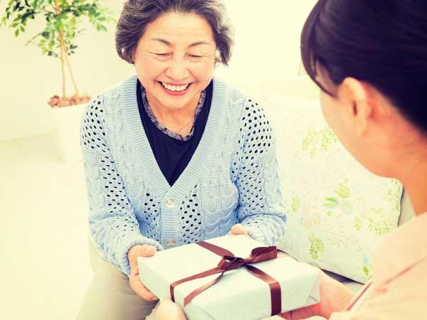 敬老の日にプレゼントをもらった笑顔の祖母
