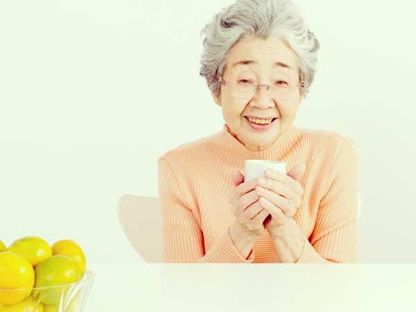 部屋着でお茶を飲む祖母
