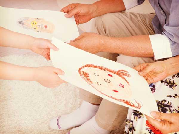 祖母と祖父に絵をプレゼントする孫